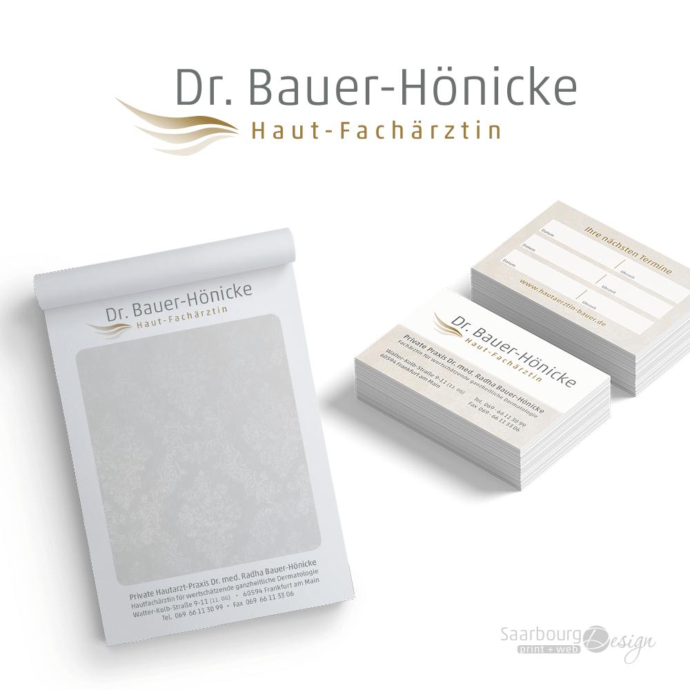 Darstellung von Rezeptblock und Visitenkarten von Hautärztin Radha Bauer in Frankfurt